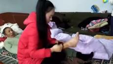 Cô gái bỏ người yêu, 4 năm về quê chăm bố bại não