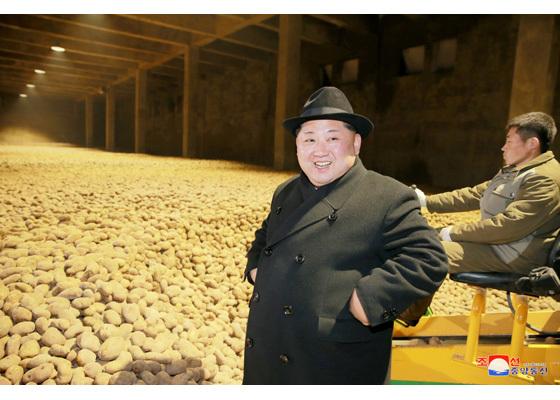 Jong Un hớn hở thăm nhà máy khoai tây gần Trung Quốc
