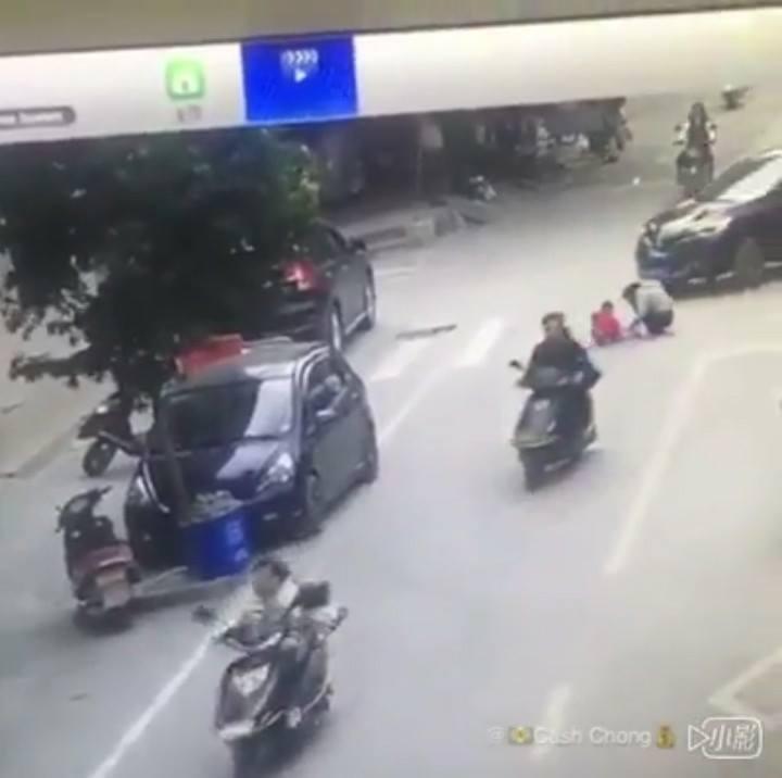 Mẹ đưa con ra giữa đường chơi bị xe nén qua người