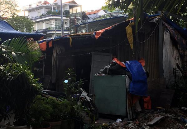 Cha mẹ mất, ba đứa trẻ vật lộn trong căn nhà dột nát giữa Sài Gòn
