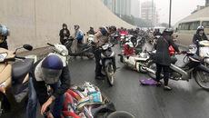 Xe máy ngã nhào la liệt trong hầm Kim Liên