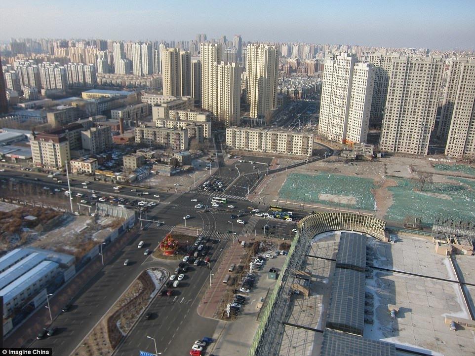 Bị tòa nhà chắn giữa, đường ở TQ phải 'cong mềm mại'