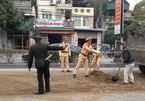 CSGT Quảng Ninh hì hục xúc cát tẩy vết dầu trơn 2km trên đường