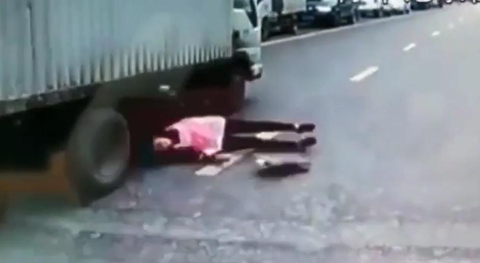 Một pha thoát chết thần kỳ dưới bánh xe tải