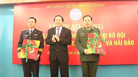 Bộ TT&TT tặng 3.000 bloc lịch 2018 cho chiến sĩ hải quân, biên phòng
