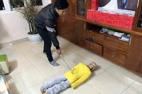 Tạm giam bố đẻ, cấm xuất cảnh mẹ kế bạo hành con dã man
