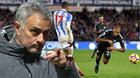 """Mourinho tố cầu thủ Man City """"gió thổi nhẹ cũng ngã"""""""