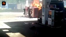 2 xe tải đâm cây xăng bốc cháy dữ dội
