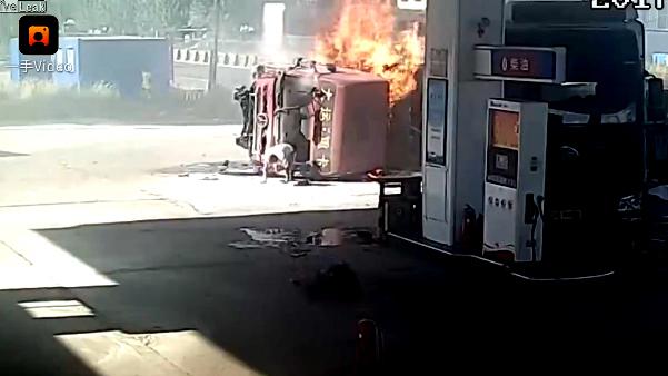 10 clip 'nóng': Gặp tai nạn khủng khiếp vì mải nhìn smartphone