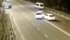 Cua gấp giữa đường, ô tô bị đâm bắn người khỏi xe