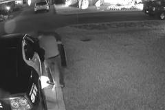 Liều lĩnh trộm cả súng từ ô tô cảnh sát