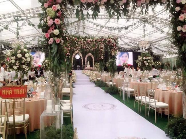 Đám cưới kéo dài 15 ngày, quan khách trùm áo mưa ăn cỗ ồn ào nhất 2017