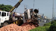 Tài xế kêu cứu trong xe tải lật nhào trên quốc lộ