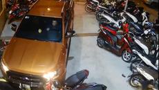 Nhầm chân ga, tài xế lao thẳng xe bán tải vào bãi đậu xe máy