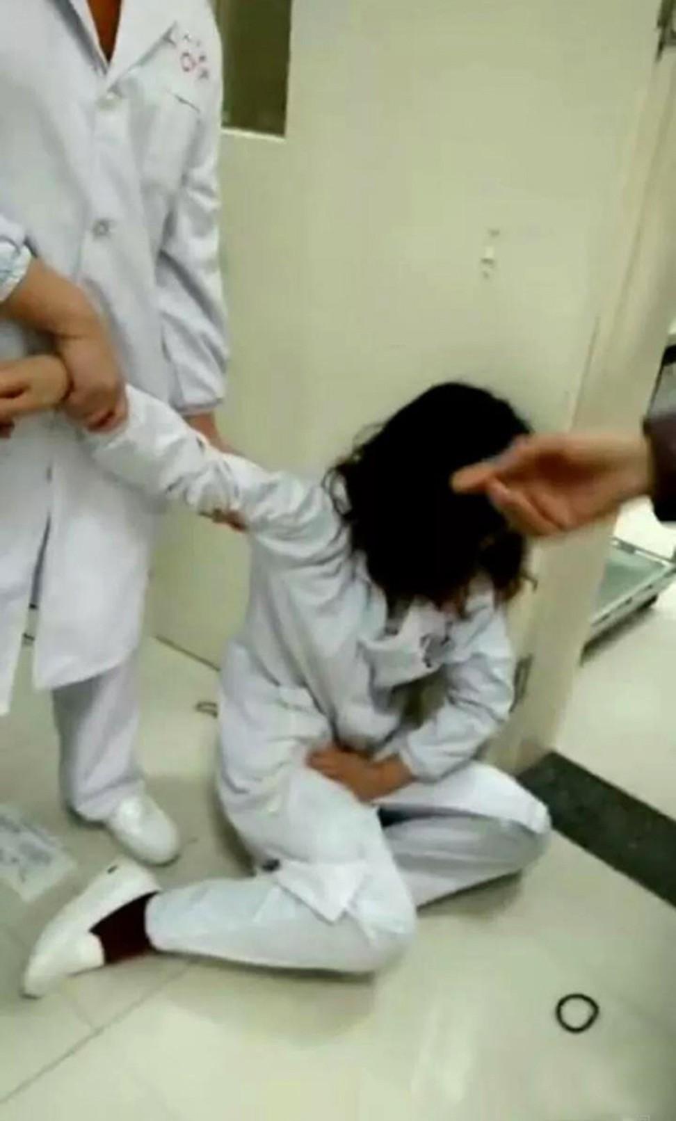 Quan huyện bị sa thải vì vợ đánh y tá mang bầu