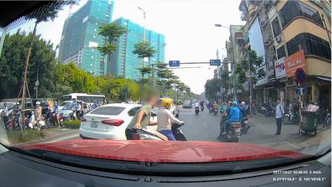 'Ninja' dừng xe giữa đường bấm điện thoại bị anh Tây lôi vào vỉa hè