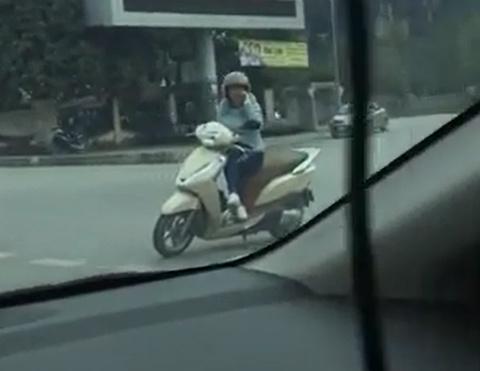 'Ninja Lead' dựng xe, ngồi 'buôn' điện thoại giữa ngã tư