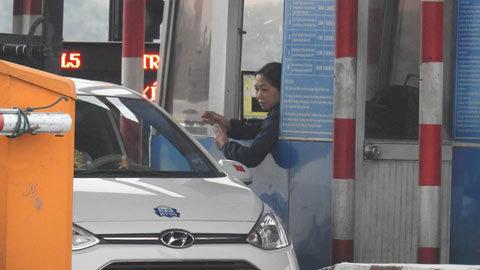 Tài xế lại dùng tiền lẻ ở trạm thu phí quốc lộ 5