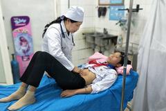 12 học sinh nhập viện cấp cứu sau ăn xôi ruốc, xúc xích