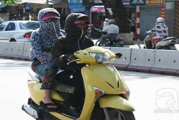 """Huyền thoại Ninja Lead"""" tiếp tục dựng xe giữa đường nghe điện thoại"""
