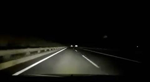 Xe máy nửa đêm đi ngược chiều ở cao tốc Pháp Vân