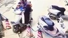 Cho trẻ ngồi trước xe máy, nguy hiểm khó lường