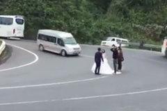 Phẫn nộ trước hành động chụp ảnh cưới ở đèo Hải Vân giữa làn xe đông đúc