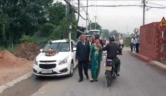 Bị giật dây chuyền ngay trên cổ giữa đám cưới