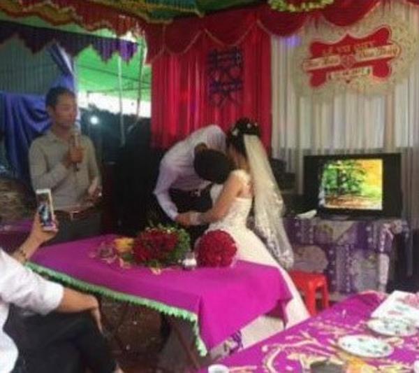 Chú rể Phú Thọ khó hôn cô dâu trong đám cưới vì chênh nhau 50 cm