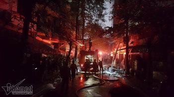 Hà Nội: Chạy máy phát điện để dập đám cháy trên phố Lạc Nghiệp