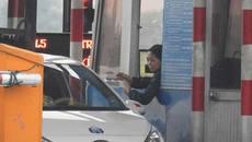 Vidifi: 20 xe liên tiếp quay đầu trả tiền lẻ trên quốc lộ 50