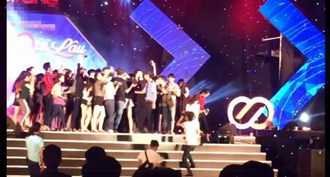 Noo Phước Thịnh bị fan vây trên sân khấu