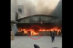 Thành đuốc sống vì lao vào đám cháy 'cứu' điện thoại