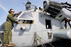 Cửa sổ trực thăng Mỹ rơi xuống trường học Nhật