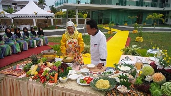 Martin Yan,Du lịch nước ngoài,Ẩm thực Malaysia,Đầu bếp