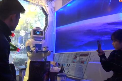 Xem robot giá 200 triệu đồng phục vụ khách ở quán cafe Hà Nội