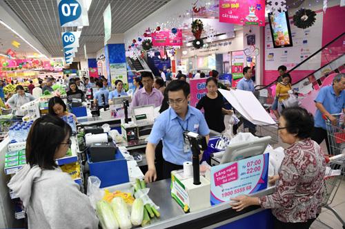 Siêu thị Co.opmart Hà Tiên tấp nập khách nhờ giảm giá mạnh