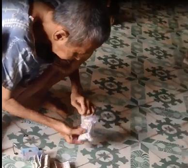 Cụ ông cất tiền kỹ nhất Việt Nam: Bọc chục lớp túi bóng và buộc bằng hàng trăm sợi dây thun