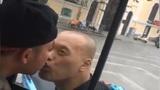 Phải làm gì để tỏ tình với anh chàng trên xe bus