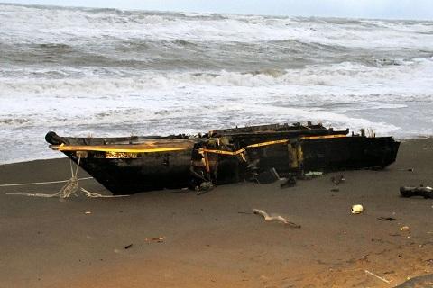 Hình ảnh 'tàu ma' Triều Tiên dạt vào Nhật