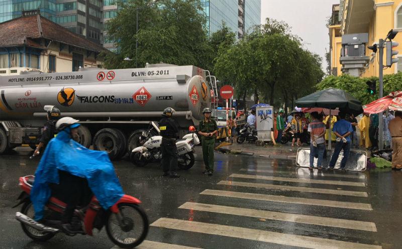Va chạm với xe bồn, 2 nữ sinh thương vong ở Sài Gòn