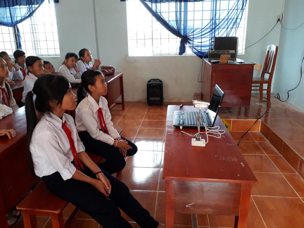 Thầy giáo miền Tây nối học trò nghèo với thế giới bằng webcam