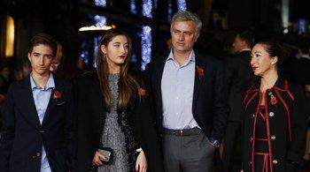 Mourinho phá luật, sao MU vỡ òa vì vui