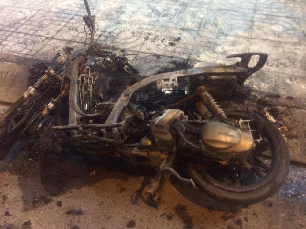 Xe tay ga cháy rụi sau màn cự cãi lớn tiếng của đôi nam nữ