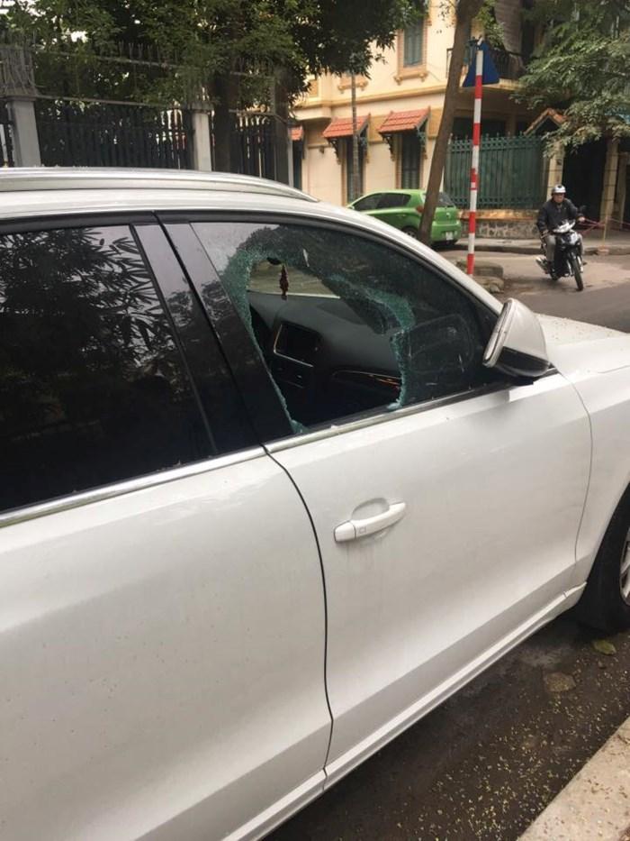 Ngang nhiên đập kính ô tô trộm túi xách trên phố giữa ban ngày