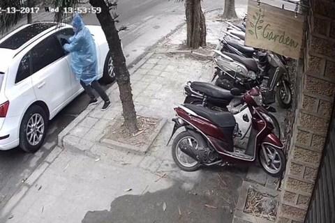 Trộm đập kính ô tô trộm túi xách trên phố giữa ban ngày