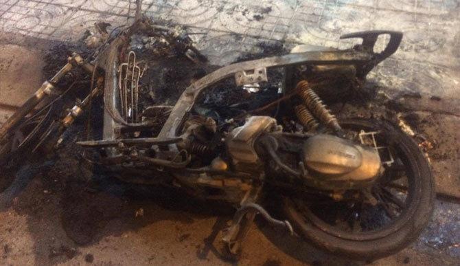 Nam thanh niên đốt xe máy ngay giữa đường vì cãi nhau với bạn gái