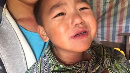 Xót xa bé trai vùng cao bị liệt do viêm não, mong sớm được chữa bệnh