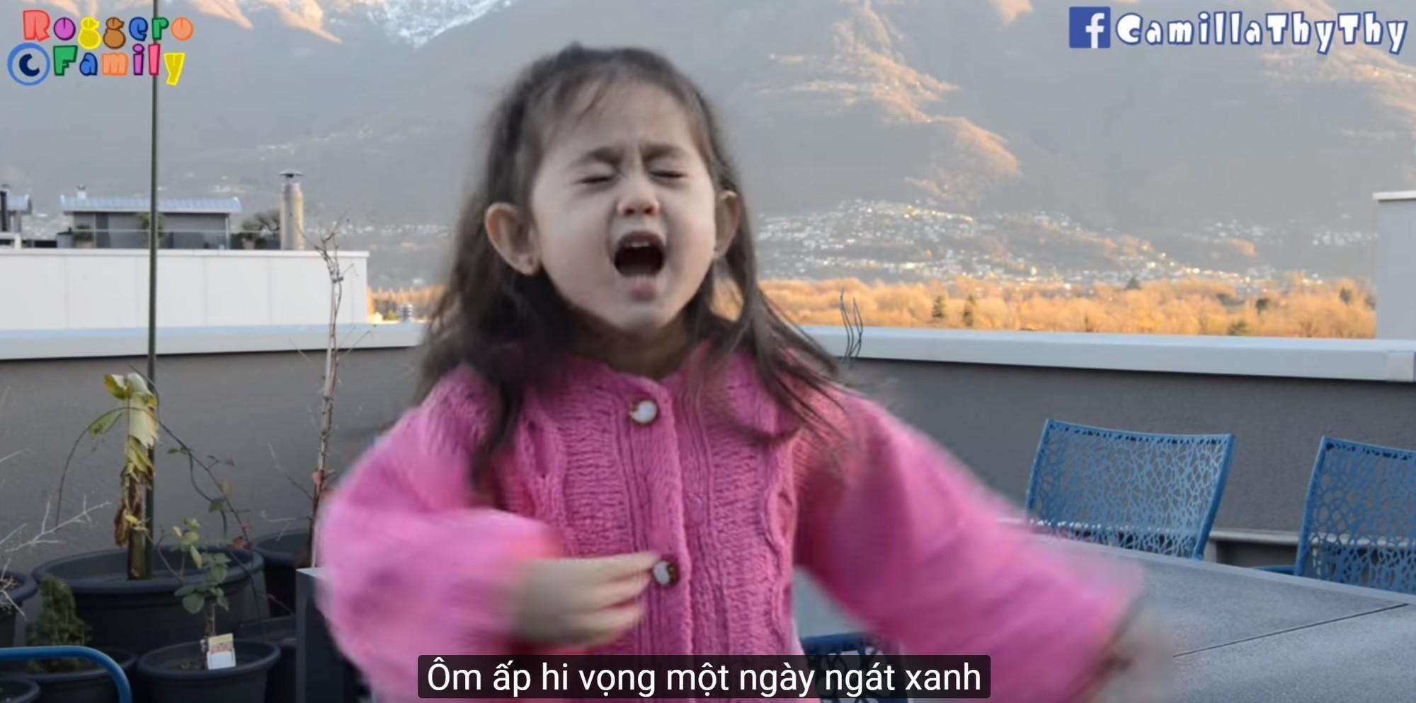 'Thiên thần' lai 4 tuổi lại 'đốn tim' MXH với bản cover Túy Âm