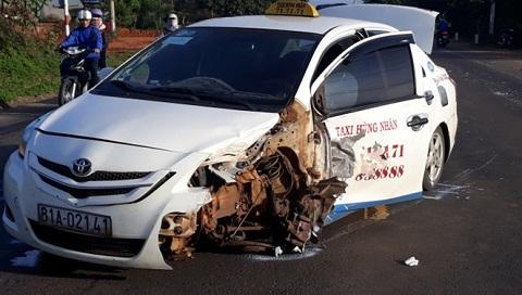 Taxi chở pháo lậu đâm gãy rời bánh khi trốn CSGT